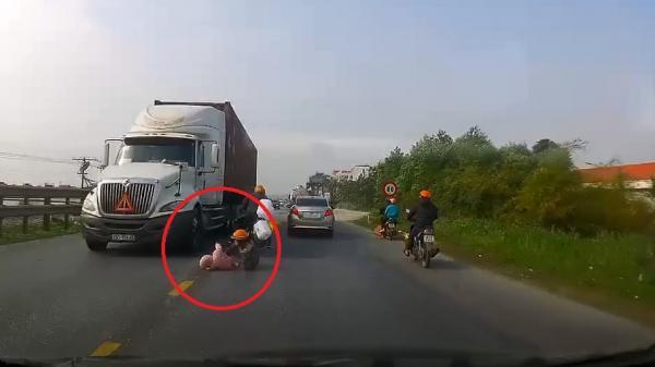 Clip: Khoảnh khắc mẹ cứu con nhỏ thoát ch.ết thần kỳ khỏi bánh xe container ngày cận Tết