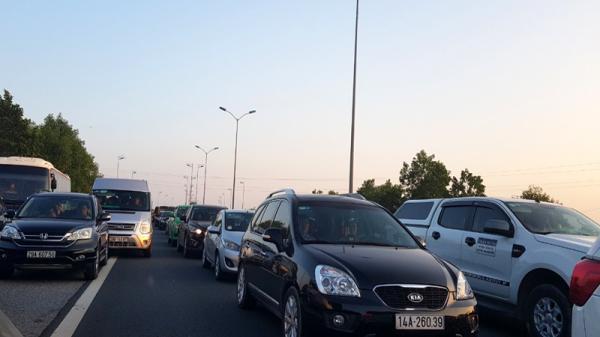 Xe tải bốc chá.y gây ùn tắc dài trên cao tốc Pháp Vân - Cầu Giẽ