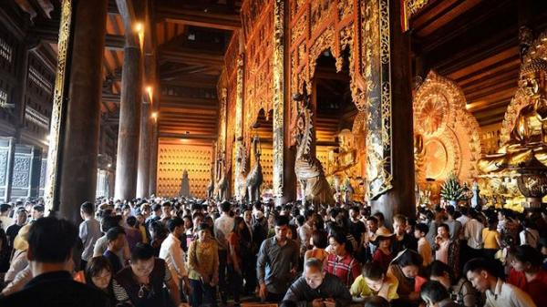 Ninh Bình: Biển người chen chân tới lễ hội chùa Bái Đính 2019