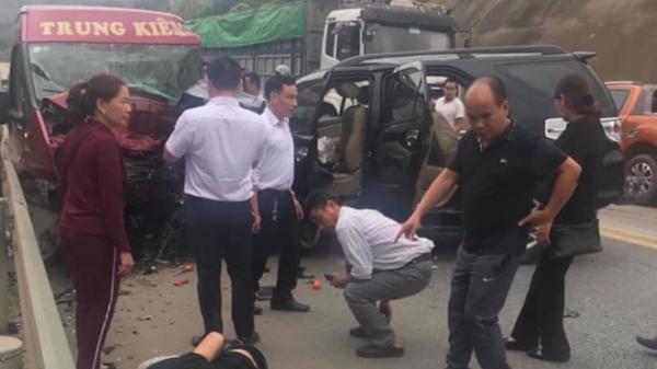 Ôtô 7 chỗ đối đầu xe khách trên cao tốc Nội Bài - Lào Cai, người bị thương nằm la liệt trên đường