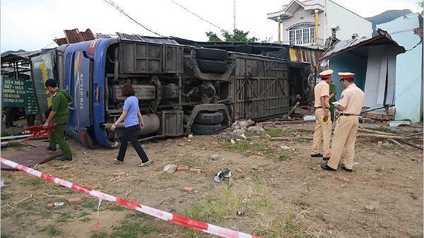 NÓNG: Xe khách lao vào nhà dân, 35 người cấp cứu