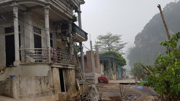 Ninh Bình: Đường sụt xuống sông, nhiều hộ dân sơ tán trong đêm