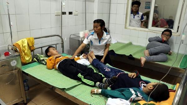 """Hải Dương: Thông tin mới nhất vụ 46 học sinh tiểu học nhập viện c.ấp c.ứu """"ăn nhầm"""" bột thông bồn cầu"""