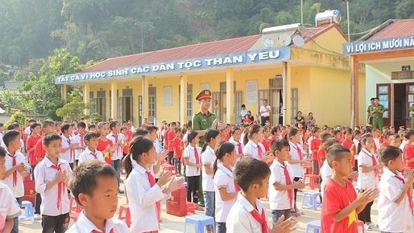 Sẻ chia những khó khăn với người dân nghèo ở huyện Điện Biên