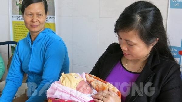 Hải Dương: Phát hiện 1 bé trai sơ sinh còn nguyên dây rốn bị b.ỏ r.ơi ở bờ đê