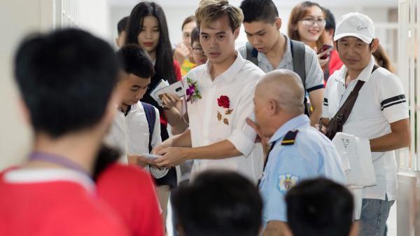 Văn Toàn xuất hiện đẹp xuất thần như diễn viên màn ảnh trong ngày nhận giải thưởng Fair-play