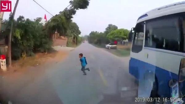 Hải Dương: Lao qua đường không quan sát, bé trai may mắn thoát ch.ết trước đầu ô tô