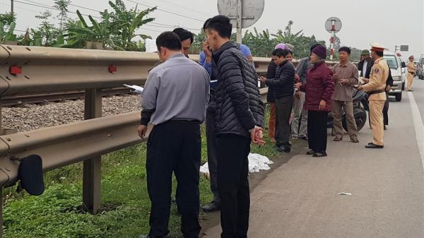 Ninh Bình: Vợ chồng ông cụ 80 tuổi đi xe máy bị tàu hỏa đ.âm t.ử vong