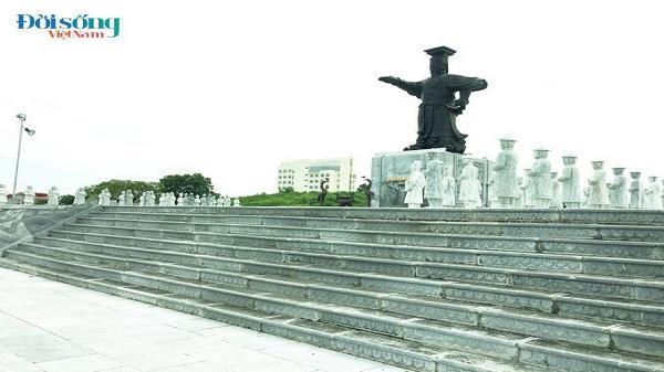 Quảng trường nghìn tỷ ở Ninh Bình 8 năm thi công vẫn còn dang dở