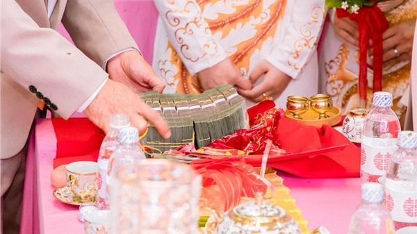 Đám cưới hot nhất miền Tây: Chân dung chú rể đemgần 1 tỷ tiền mặt, 'khuyến mại' thêm 13 cây vàng kèm nhẫn kim cương đi hỏi vợ