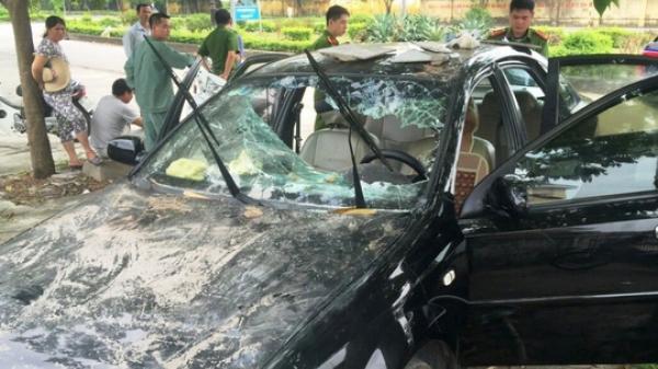 Ninh Bình: Nam thanh niên nghi ngáo đá đập phá ô tô