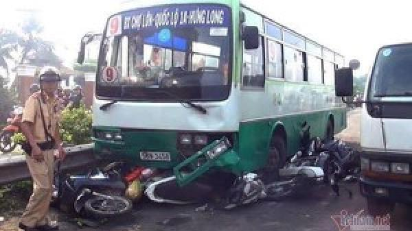 Xe buýt tông 8 xe máy trên phố, người văng tứ tung
