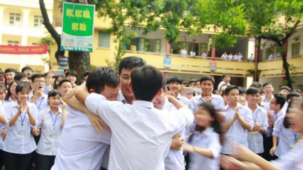 Học sinh xếp hàng dài chia tay thầy hiệu trưởng Ninh Bình, bệnh nhân chia tay viện trưởng: Câu chuyện về những con người tử tế