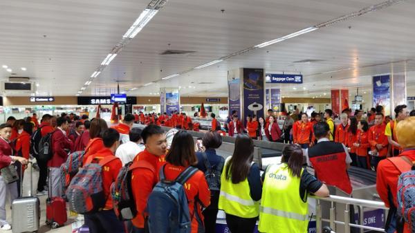Máy bay chở hàng trăm VĐV của Việt Nam sang Philippines dự SEA Games bất ngờ gặp sự cố