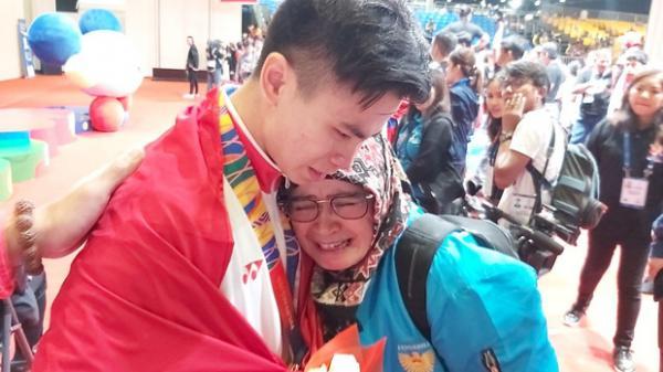 """SEA Games 30: Đang thi đấu thì cha qua đời, VĐV sau khi giành HCV mới biết tin dữ thì bật khóc nức nở: """"Con xin dành thành quả này cho cha"""""""