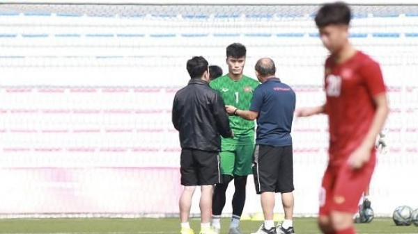 """HLV Park Hang-seo """"họp kín"""" thủ môn Bùi Tiến Dũng trước bán kết SEA Game 30"""