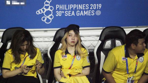Trợ lý xinh đẹp Thái Lan khóc hết nước mắt, chết lặng khi nhìn Việt Nam nhận HCV SEA Games