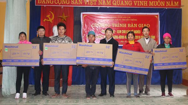 Hơn 200 hộ nghèo huyện Bắc Hà (Lào Cai) được hỗ trợ ti vi và radio
