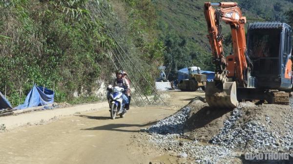 Cận cảnh thi công TL152 ở Lào Cai mất an toàn, đe dọa người tham gia giao thông
