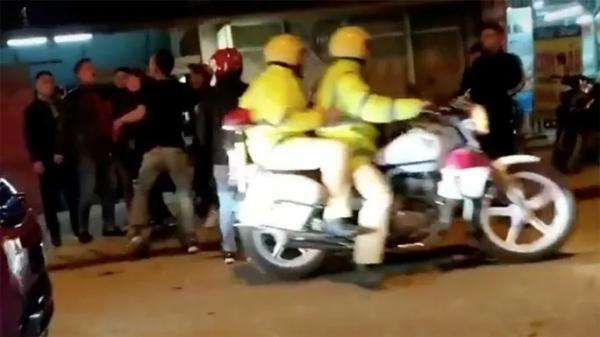Thấy 2 thanh niên gây sự đánh nhau, 2 CSGT Sa Pa (Lào Cai) đứng nhìn rồi bỏ đi