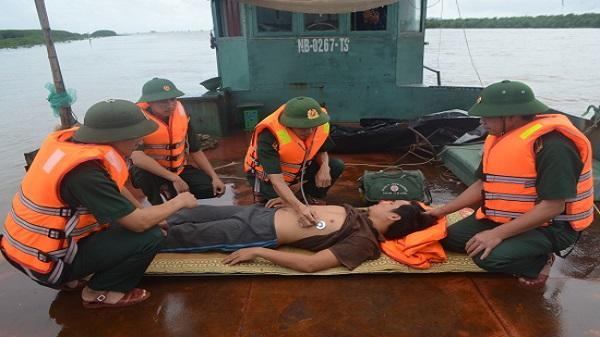 Cứu hộ 2 phương tiện trôi dạt trên vùng biển Ninh Bình