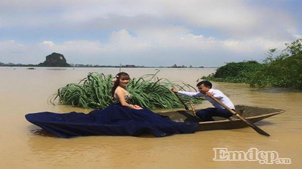 """Cô dâu chú rể Ninh Bình leo lên nóc nhà chụp ảnh cưới """"chạy lũ"""" lịch sử """"hót hòn họt"""" MXH"""