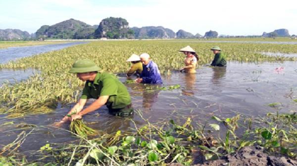 Công an TP Ninh Bình tích cực giúp nhân dân khắc phục hậu quả sau mưa lũ