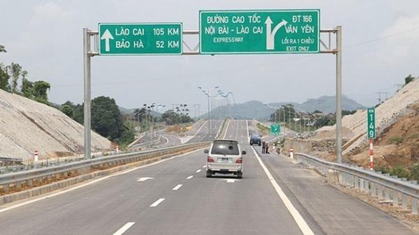 Ngang nhiên đổ phế thải trên cao tốc Nội Bài - Lào Cai