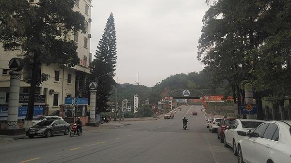 Đường phố Lào Cai vắng vẻ trong ngày đầu thực hiện cách ly toàn xã hội
