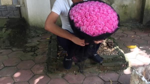 Bị bắt xe ngày 20/10, anh chồng Ninh Bình nhờ luôn công an chở đi tặng hoa cho vợ