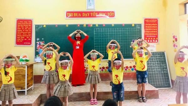 Hình ảnh có 1-0-2 ở Ninh Bình: Cô giáo mặc áo dài đỏ ngôi sao 5 cánh, học sinh đeo khẩu trang in cờ Tổ quốc phòng dịch Covid-19