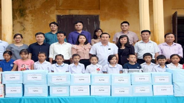 Tặng sách giáo khoa cho học sinh Trường Tiểu học Gia Thịnh B