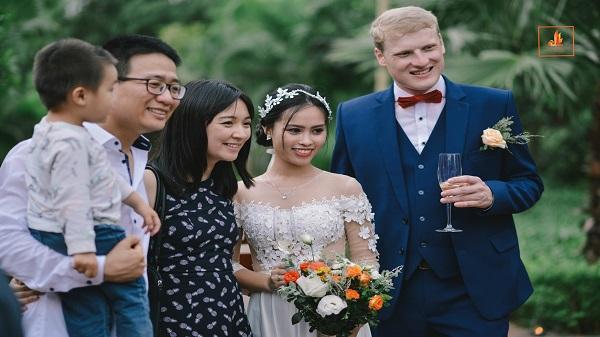 Nhìn lại đám cưới cổ tích đẹp đến ngỡ ngàng của cô gái Việt bên chú rể Đức giữa sông núi Ninh Bình