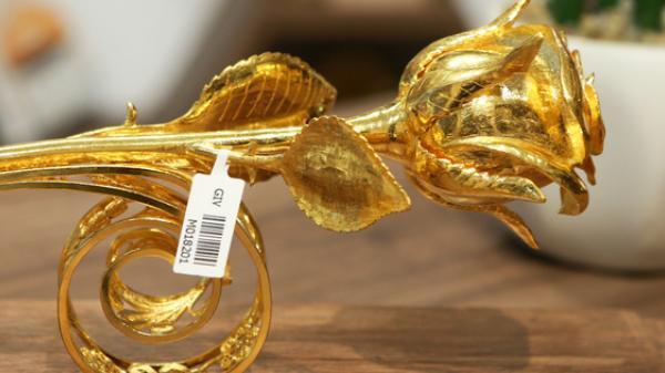 """Cận cảnh """"siêu phẩm"""" hoa hồng đúc vàng giá 330 triệu đồng được đại gia mua làm quà tặng ngày 8/3"""