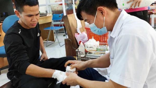 """""""Người hùng"""" Nguyễn Ngọc Mạnh bị rạn xương ngón tay, chưa bắt đầu công việc bình thường"""
