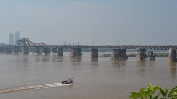 Trục vớt thành công quả bom dài 2m ở chân cầu Long Biên