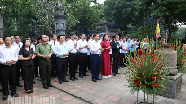 Ninh Bình: Lễ Dâng hương tại Lễ hội Hoa Lư