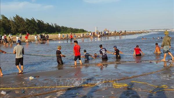 Khẩn trương tìm kiếm hai thanh niên bị sóng biển cuốn mất tích ở Ninh Thuận