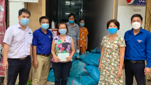 Công ty TNHH MTV Xổ số Kiến thiết Ninh Thuận hỗ trợ cấp phát gạo cho người dân bán vé số trên địa bàn tỉnh