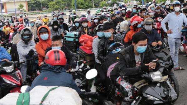 Người dân trong vùng dịch ở Đồng Nai tụ tập đòi về quê