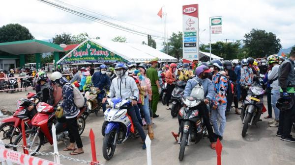 CSGT 3 tỉnh đưa hàng ngàn công nhân từ Đồng Nai về Ninh Thuận