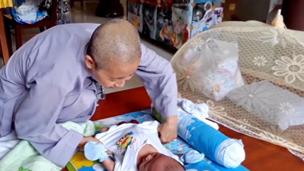 Ninh Thuận: Bé trai hai tháng tuổi kháu khỉnh bị bỏ rơi trước cổng chùa