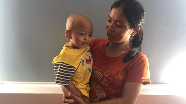 Ninh Thuận:Bé 6 tháng tuổi bị ung thư thận, cha mẹ kiệt quệ