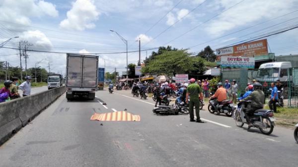 Xe máy va chạm xe tải khiến 1 phụ nữ t.ử v.o.ng tại chỗ, giao thông ùn ứ tại Long An