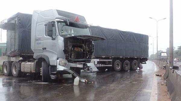 Bình Thuận: Xe container mất lái tông nhiều dải phân cách cứng