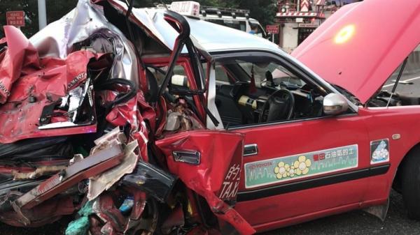 Va chạm thảm khốc giữa taxi và xe khách, ít nhất 39 người thương vong