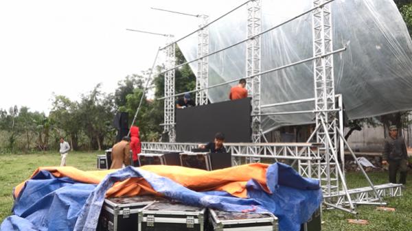 Gia đình Quang Hải lắp màn hình khủng ngoài sân bóng cổ vũ ĐT Việt Nam