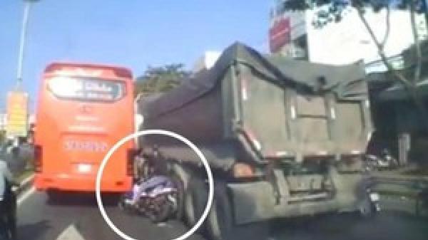 Đà Nẵng: Thót tim cảnh nam thanh niên vượt ẩu, suýt lọt gầm xe container