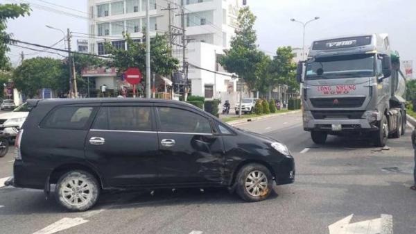 Đà Nẵng: Tài xế kêu cứu trong ô tô 7 chỗ bị xe ben húc văng
