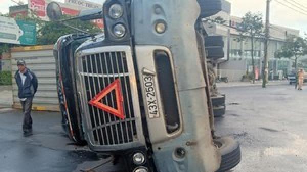 Video: Cận cảnh xe đầu kéo ôm cua lật nhào tại vòng xuyến ở Đà Nẵng